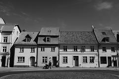 Stralsund, Wasserstraße (tom-schulz) Tags: x100f monochrom bw sw outofcamera ooc stralsund thomasschulz strase häuserzeile häuser fenster dach personen