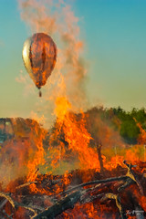 2019_Osterfeuer (Joachim Spenrath Münster, Germany) Tags: ostern osterfeuer münster germany easter bonfire frühling spring ostersonntag feuer fire ballon balloon landeanflug blue sky evening abend himmel blau