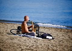 MoMenT. (WaRMoezenierr.) Tags: playa beach strand muziek musica artiest malaga andalusie saxofoon street straat panasonic lumix vakantie 2017 holiday fiets bicycle fahrrad