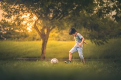 踢球 (brave22222) Tags: 85mm child kid boy ball kickball goldenlight childphotography