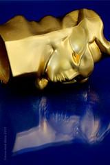 "EAU DU SOIR (Anne-Miek Bibbe) Tags: macromondays macro happymacromonday bottlecap ""bottle cap"" flesdop flaschenkappe capsule parfumfles perfumebottle bronislawkrzysztof sculpture canoneos70d annemiekbibbe bibbe nederland 2019 goud gold"