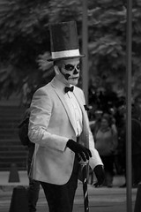 If Looks Could Kill (Seeing Visions) Tags: 2018 mexico mx mexicocity ciudaddemã©xico cdmx paseodelareforma megaprocesiã³ndelascatrinas diadelosmuertos facepainting skull suit bowtie walking tophat cane distain monochrome bw raymondfujioka