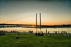 Düsseldorf - Rheinufer - Ocaso (Ventura Carmona) Tags: alemania germany deutschland nrw rheinland düsseldorf rheinufer rheinkniebrücke sonnenuntergang ocaso venturacarmona