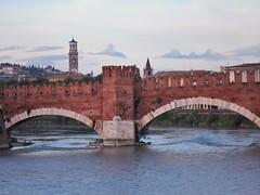 Ponte di Castelvecchio (Anton Grigorewski) Tags: italia verona castelvecchio pontecastelvecchio ponte fiume città sera torre veneto верона architettura