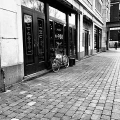 Un café... ça me réchaufferait... (woltarise) Tags: streetwise iphone7 montréal outremont café boutique restaurant bicyclette