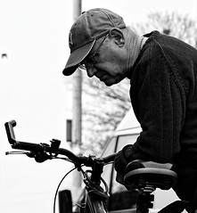 Unduly Curious. April 2019 (Simon W. Photography) Tags: street candid streetphotography streetphoto streetphotographer photography streetstyle urban people person man men male gentlemen gentleman face faces expression solitude solitary alone lonely single solo standing blackandwhite blackwhite monochrome monotone greyscale grayscale bw bnw