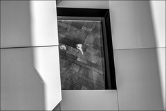 Surveillance anonyme / Anonymous eye (vedebe) Tags: fenêtre masques architecture ville city rue street urbain urban reflexion reflets noiretblanc netb nb bw monochrome