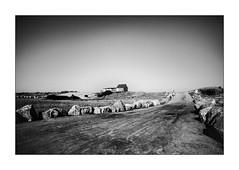 Entre les rochers, la route de la plage. (Scubaba) Tags: europe france pasdecalais noirblanc noiretblanc bw blackwhite maison house route road