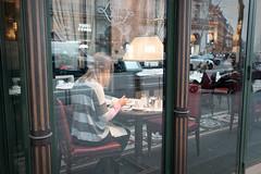 Le petit déjeuner de Babette... (Paolo Pizzimenti) Tags: paris serveur pause vitrine petitdéjeuner babette film paolo olympus zuiko omdem1mkii 17mm 25mm f18 pellicule argentique doisneau