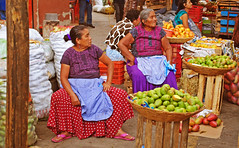 Vendedoras en la central de abastos (Harry Szpilmann) Tags: oaxaca indigena latina woman portrait mercado mexico mexique streetphotography