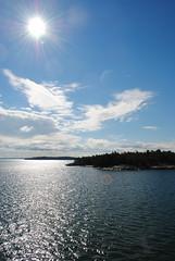 Soleil de Midi (Kleman) Tags: suomi baltic mer see balticsee bateau boat croisière cruise soleil sun reflet nuage cloud ciel sky île island eau