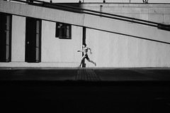 El Salto / The Jump (natan_salinas) Tags: valparaíso valpo streetphotography fotografíaurbana fotografíacallejera bw blackwhite blanconegro bn blancoynegro blackandwhite monocromático monochrome nikon gente look people city ciudad d5100 calle street 50mm architecture noiretblanc urbe urban urbano arquitectura luz light shadow sombras metro metrotren subway chile sunset silueta silhouette contraluz backlighting backlight