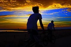 Passeio ao pôr do sol (Zéza Lemos) Tags: bicicletas bicycles portugal praia pordesol puestadelsol anoitecer entardecer nuvens núvens céu capture canon algarve água areia oceano quarteira