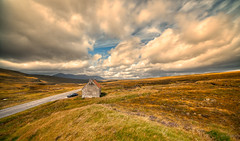 Little House on the Prairie. (Alex-de-Haas) Tags: aurorahdr aurorahdr2019 bergen blackstone d850 gb greatbritain hdr irix irix11mm irixblackstone lightroom nikon nikond850 schotland scotland skylum uk unitedkingdom abandoned berg cloud clouds deserted desolated highlands holidays hooglanden house huis journey landscape landschaft landschap lucht mountain mountains nature natuur onbewoond outdoor outdoors reis reizen remains roadtrip rondreis ruin ruine ruins skies sky summer travel travelling uninhabited urbex vacation vakantie verlaten wolk wolken zomer garve