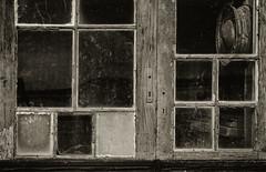 Fenêtre-Claouey (christophe surman) Tags: aquitaine bassindarcachon barrack window minimalism olddoor old blackandwhite blackwhite monochrom toned