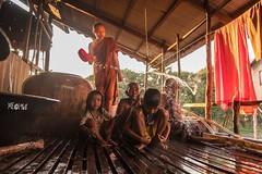 Cambogia - Water Blessing family (iw2ijz) Tags: nikon reflex d500 people person persone monaci monk blessing water fiume river tonlesap travel trip viaggio cambodia cambogia kompongphlukk palafitte village villaggio