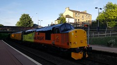 Colas Rail Freight Class 37 37521 passing Maryhill Station on service 1U85 (12-06-18) (Ricardo_Cameron) Tags: trains tractor colas 375 374 engineering networkrail 37521 37421
