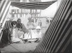 Plage - At the beach (Patrimoinephoto) Tags: voilier maquette tente plage personnages femme fille garçon wife women girl boy toy ship sailngboat sable sand noiretblanc blackwhite old photograph tent regard france french