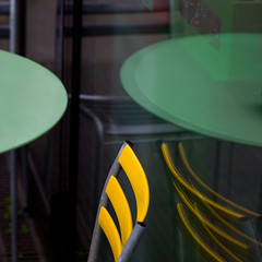 Tisch und Stuhl (zeh.hah.es.) Tags: kreis5 zurich zürich schweiz switzerland tisch stuhl table chair spiegelung reflection grün green gelb yellow schwarz black viadukt viaduktstrasse fenster window glas glass rund kreis circle drei three grau grey gray
