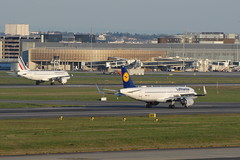 One in, one  out (eigjb) Tags: toulouse blagnac airport lfbo jet transport airliner aviation plane spotting avion aircraft airplane aeroplane 2019 airbus a320 lufthansa air france daiua fhbna