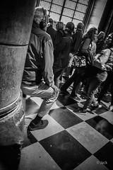 les touristes de Notre Dame (Jack_from_Paris) Tags: rouge l3008521bw leica m type m10p 20021 leicaelmaritm28mmf28asph 11606 dng mode lightroom capture nx2 rangefinder télémétrique bw noiretblanc monochrom blackandwhite monochrome wide angle street paris quai notredame cathédrale intérieur sombre touristes sol ile de la cité