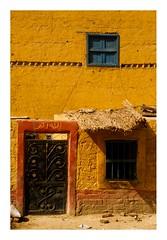 Voyage en train (11) (Marie Hacene) Tags: train lecire assouan maison fenêtre porte egypte
