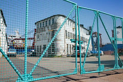 Das Tor I (Rasande Tyskar) Tags: hamburg werft dockyard shipyard schiffe ships harbour hafen port blau hellblau zaun fence gate
