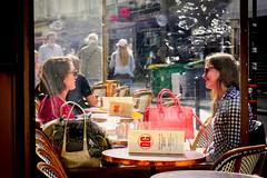Café parisien (Calinore) Tags: france paris city cafeparisien restaurant talking conversation menu girls filles friendship terrasse pause detente