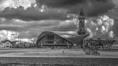 Leuchtturm und Teepott (markus-schafranek) Tags: warnemünde rostock strand leuchtturm teepott mecklenburg vorpommern sturm schwarz weis wolken