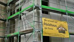Hier entsteht ein Holzhaus im Betonstil... (Sanseira) Tags: friedberg augsburg holzhaus beton