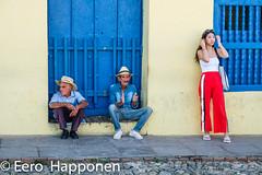 Local men and a tourist in Trinidad town. (Eero Happonen) Tags: 2019 fujifilmxt2 fujinonxf1855mmf284rlmois kuuba2019 trinidad helmikuu helmikuu2019 japanilainen kuubalainenvanhamies nainen olkihattu sikari turisti vanha