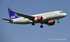 SAS A320 ~ EI-SIE (© Freddie) Tags: londonheathrow poyle heathrow lhr egll 09l arrivals sas scandinavianairlines staralliance airbus a320 eisie fjroll ©freddie