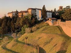 (Paolo Cozzarizza) Tags: italia friuliveneziagiulia pordenone spilimbergo scorcio castello chiesa muro erba alberi