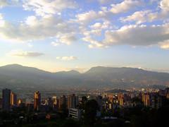 Medellín, Colombia (amoliname) Tags: atardecer colombia antioquia city ciudad stadt foto photo photography fotografía fotodeldía inspiración inspiration kolumbien luz light licht medellín medellin montañas mountains berg berge montaña mountain
