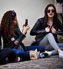 De foto (Luicabe) Tags: airelibre cabello calle enazamorado espera exterior femenino fotografía gafas gente joven luicabe luis mujer persona robado selfie suelo teléfono yarat1 zamora zoom