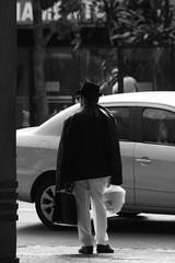 9787 (*Ολύμπιος*) Tags: sãopaulo street streetphotography streetlife streetphoto rua cidade city città cittè ciudad ciutat centro centrodowntown centrohistórico fotoderua foto gente girl garota giovanni girls garotas people persone persons pessoas pb pretoebranco bw biancoenero bn blackandwhite noiretblanc blackwhite