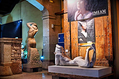 Barceloneando - Al Museu (Fnikos) Tags: architecture building museum museo museu light lights color colour colors colores art arte sculpture statue shadow shadows design decoration event wall indoor