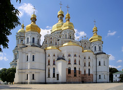 The Kiev-Pechersk Lavra, UNESCO World Heritage Site (B℮n) Tags: келіїспіваківмитрополичогохоруупцмп keliyispivakivmytropolychohokhoruuptsmp uspensʹkyysobor успенськийсобор київ kyiv kiev ukraine киев kiëv oekraïne dnjepr dnipro hidropark viewpoint historical treasures river green park bridge rusanivskastrait 50faves topf50 maidan euromaidan orange revolution independence square europe centre history viktor janoekovytsj україна saint vladimir monument saintvladimirmonument памятникволодимирувеликому national landmark tserkvamykolychudotvortsya церквамиколичудотворця churchofstcatherine muzeynaukma києвопечерськалавра unesco kievpetsjersklavra world heritage site троїцька надбрамна церква троїцьканадбрамнацерква gate church gatechurchofthetrinity museum kievpechersk lavra ukrainian orthodox 100faves topf100