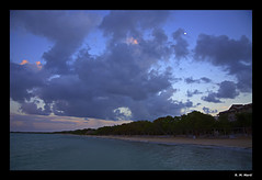 Night (R. M. Marti) Tags: cielo sky atardecer sunset noche night playa beach arena sand nubes clouds agua water plantas plants arboles trees ramas branches hojas leaves vegetacion vegetation