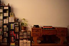 """""""Só existem dois dias no ano que nada pode ser feito. Um se chama ontem e o outro se chama amanhã, portanto hoje é o dia certo para amar, acreditar, fazer e principalmente viver."""" (Dalai Lama) (Lívia.Monteiro) Tags: lisboa living room books plant cult old fashioned sala livros paz peaceful plantas"""