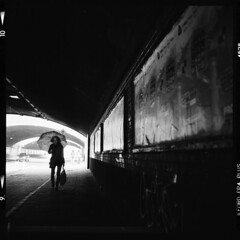 Stadt (tiltdesign2016) Tags: yashicamat124g analogphotography mittelformat bw ilfordfp4plus ilfordilfosol319 canoncanoscan9000f köln kalk stadt street strase umbrella schirm