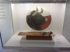 A Picasso Bull! Picasso Museum, Butirago de Lozoya (d.kevan) Tags: museum buitragodelozoya exhibits ceramics displaycabinets madrid spain bullshead inscription barberingequipmentbox