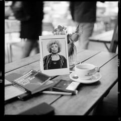 Café (tiltdesign2016) Tags: analogphotography bw ilfordfp4200 adonalrodinal150 plustekopticfilm7600ise yashicamat124g köln push canoncanoscan9000f galerie mittelformat café caféimbauturm oliverabraham