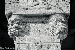 Säule im Park --- Column in the park (der Sekretär) Tags: detail deutschland eigenschaften germany relief saalfeld stein säule thuringia thüringen abgeblättert abgebröckelt alt bröcklig closeup memorial monument old pillar plastic stone verwittert weatherbeaten weathered