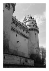 Le château de Pierrefonds - Oise (DavidB1977) Tags: france picardie hautsdefrance oise pierrefonds monochrome bw nb fujifilm x100f château tour