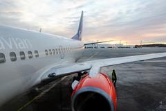 Boarding the flight (A. Wee) Tags: sweden 瑞典 stockholm 斯德哥尔摩 arlanda airport 机场 arn sas 北欧航空 scandinavianairlines boeing 737 737700