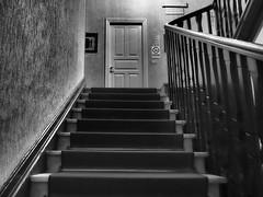 Hitchcock (VauGio) Tags: olympus olympuspenf leica leicalens 1260mm psycho batesmotelshouse stairs stair scala scale porta door bianconero biancoenero blackandwhite blackwhite