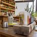 Holzinterior und rustikale Sitzgelegenheiten mit grünen Pflanzen im Hans im Glück Restaurant