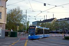 Der dritte Neuling ist T2-Wagen 2706, der hier am Romanplatz zur Einstiegshaltestelle fährt (Frederik Buchleitner) Tags: 2706 avenio linie12 munich münchen romanplatz siemens strasenbahn streetcar twagen t2 tram trambahn