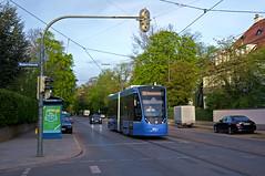 T2-Wagen 2707 folgt als nächster Kurs, für ihn ist es ebenfalls der erste Einsatztag. Soeben verlässt er im Abendlicht die Haltestelle Hubertusstraße (Frederik Buchleitner) Tags: 2707 avenio linie12 munich münchen siemens strasenbahn streetcar twagen t2 tram trambahn